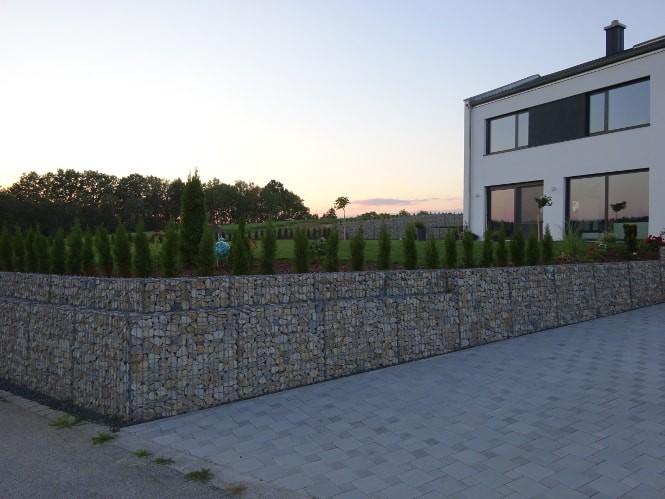 Gabionenstützmauer bei Einfahrt