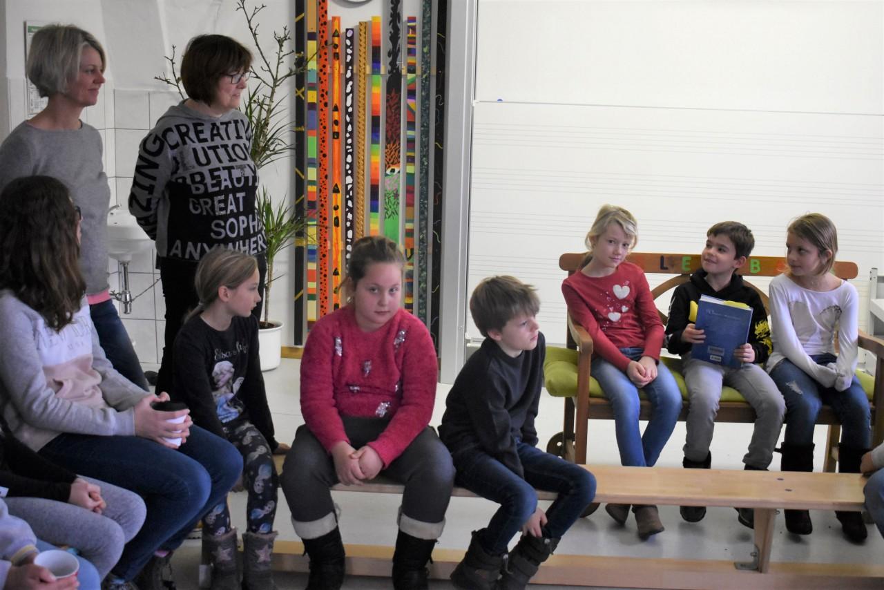 Grundschüler als Vorleser zu Besuch