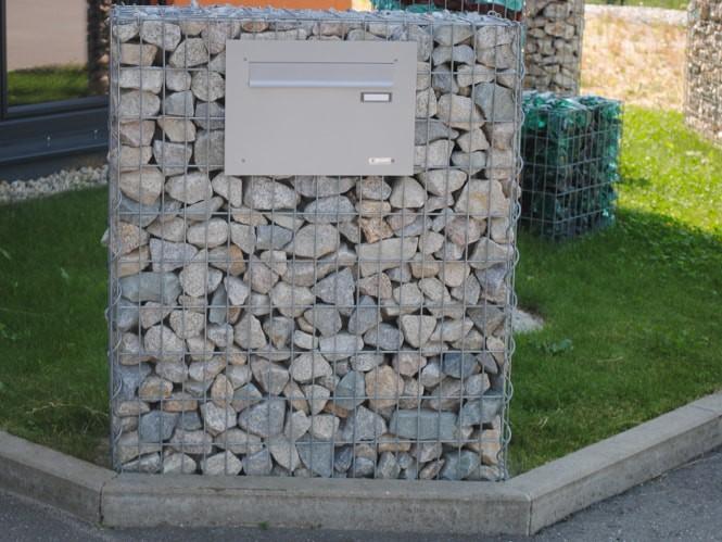 Gabione mit Briefkasten