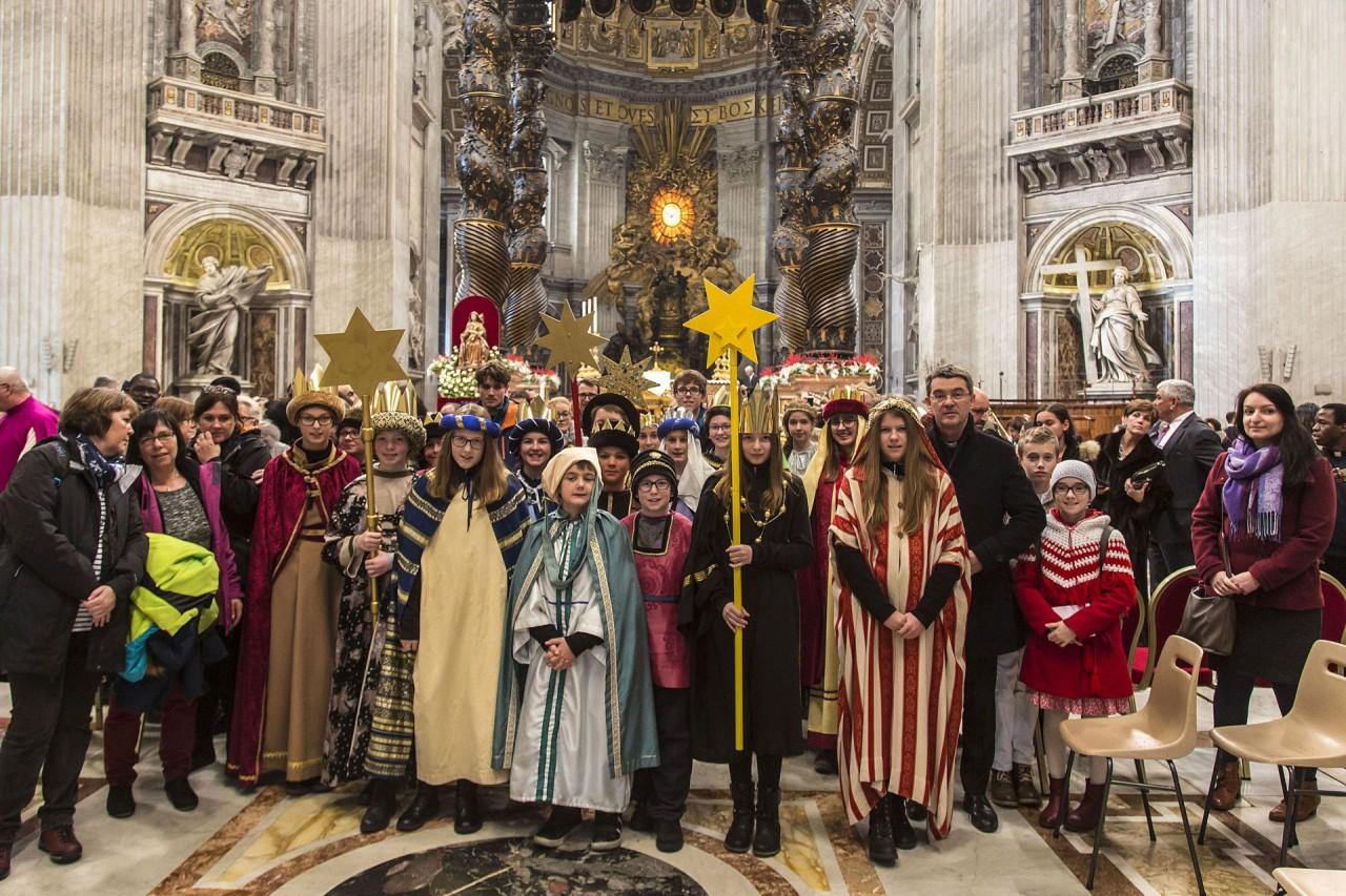 Zwei Schülerinnen als Sternsinger beim Papst