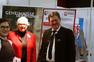 Carolin Pecho, Anna Mitterdorfer und Martin Geier betreuten das Angebot Ilzer Land am Stand des Landkreis FRG in Deggendorf auf der SENIORita