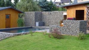 Gabionenmauer um Pool